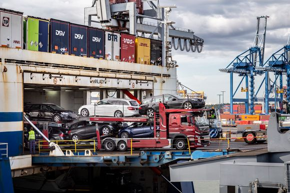 autorekka tuo käytettyjä autoja ulos Finnlinesin laivasta Vuosaaren satamassa