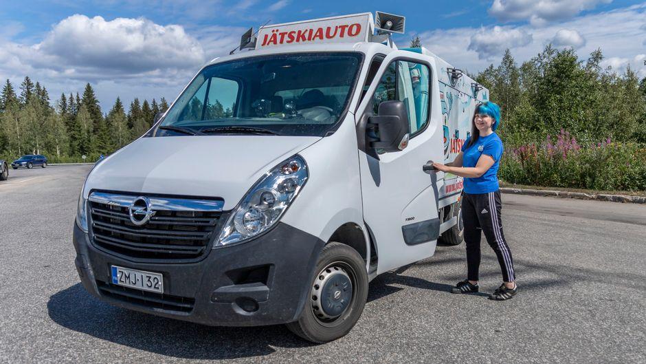 Jäätelöauto, jonka vierellä kuljettaja Iida Vesterinen.