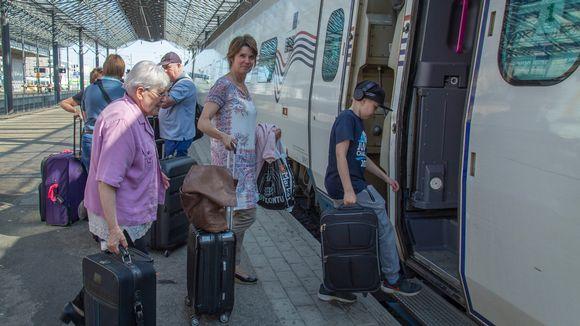 Ihmisiä nousemassa Allegro-junaan Helsingin päärautatieasemalla.