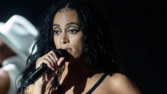 Laulaja Solange esiintymässä lähikuvassa.