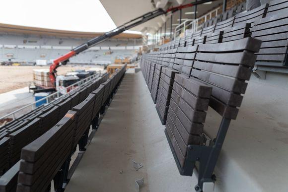Helsingin olympiastadionin pääkatsomon juuri asennettu penkkirivi