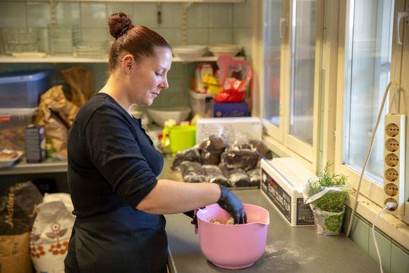 Jasmin Vilén on kokkina Kavalton tilalla, jossa järjestetän muun muassa pitopalvelua. Hän jatkaa yrityksessä oppisopimuskoulutuksella palkkatukijakson jälkeen.
