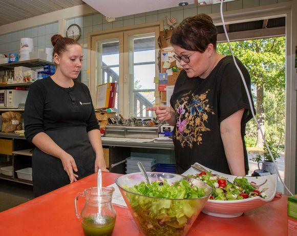 Jasmin Vilén on kokkina Kavalton tilalla, jossa järjestetän muun muassa pitopalvelua. Hän jatkaa yrityksessä oppisopimuskoulutuksella palkkatukijakson jälkeen. Kuvassa oikealla pitopalvelun yrittäjä Taija Kavalto.