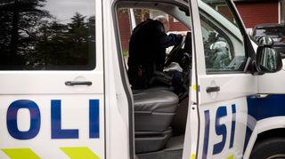 Poliisi poliisiautossa.