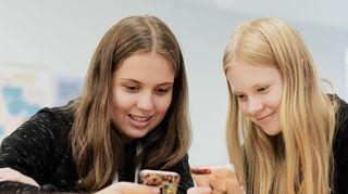 Hedie ja melina tutkivat huvittuneina kännykkäviestejä 16.9.2019.