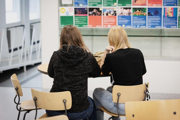 Hedie ja melina tutkivat koulussa kännykkäviestejä 16.9.2019.