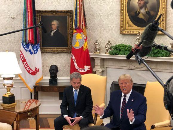 Sauli Niinistö och Donald Trump sitter i gula fåtöljer.