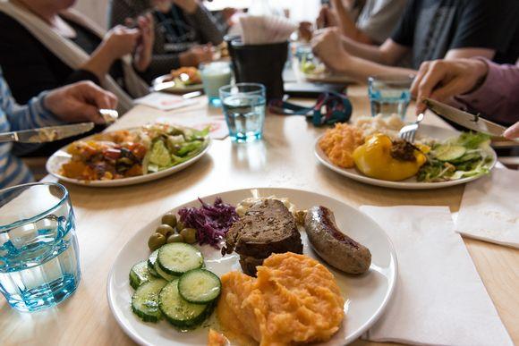 työmaaruokailu, annoksia, ihmisiä syömässä