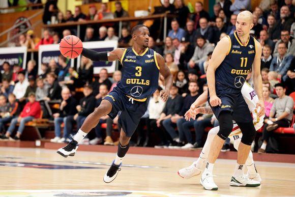 Koripallo-ottelu Helsinki Seagulls vastaan Ura Basket.