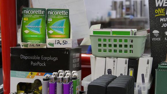 Nikotiinikorvaustuotteet myynnissä Vekaranjärven varuskunnan sotilaskodissa.