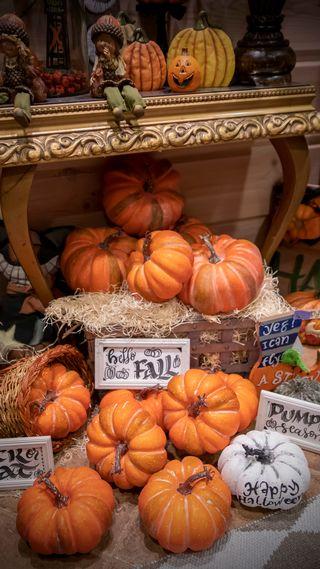 Halloween koristeita eteisen lattialla
