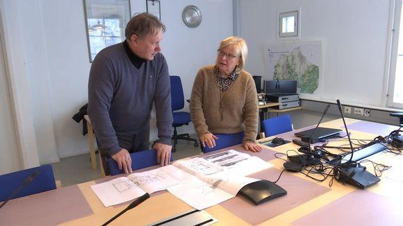 Kunnanjohtaja Vuokko Tieva-Niittyvuopio ja rakennustarkastaja Markku Porsanger
