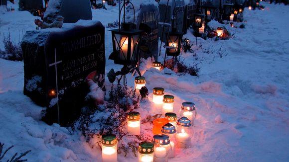 Kynttilöitä ja lyhtyjä Tampereen Kalevankankaan hautausmaalla jouluna 2001.