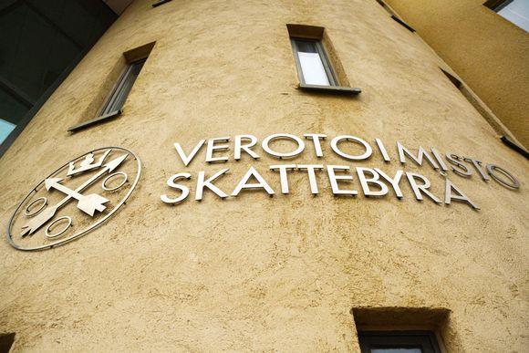 Verotoimiston logo seinässä.