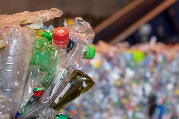 Käytettyjä muovipulloja paalattuina