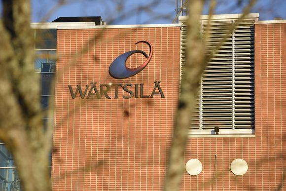 Wärtsilän logo tehtaan seinässä.