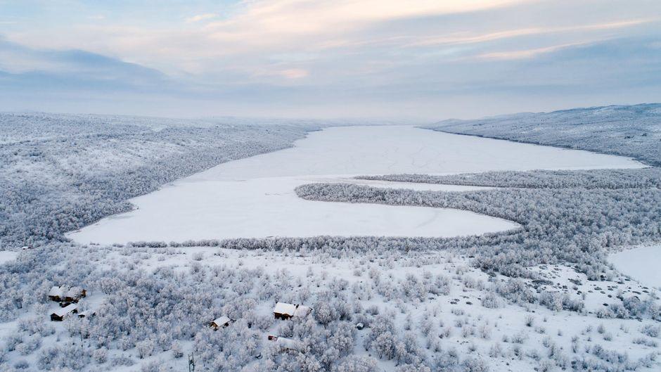 juuri jäätynyt järvi ilmasta kuvattu