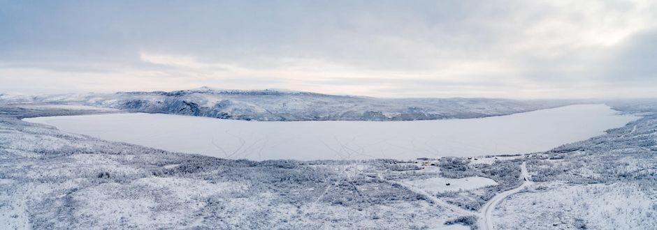 laaja kuva jossa koko järvi