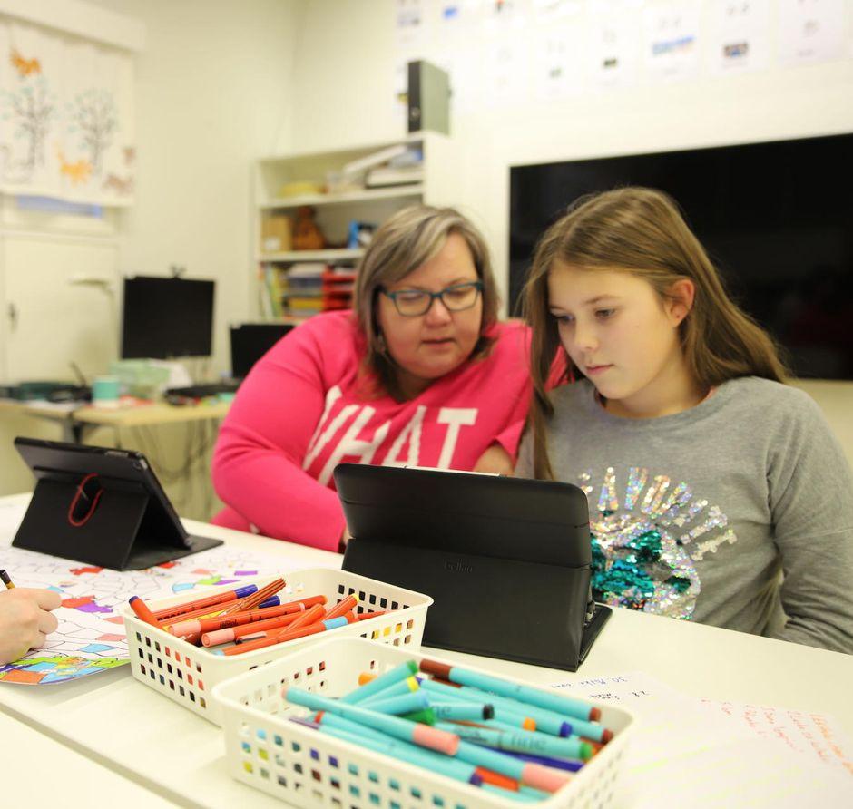 Hanna-Maaria Kiprianoff opettaa koltansaamen kieltä Sevettijärven koulussa.
