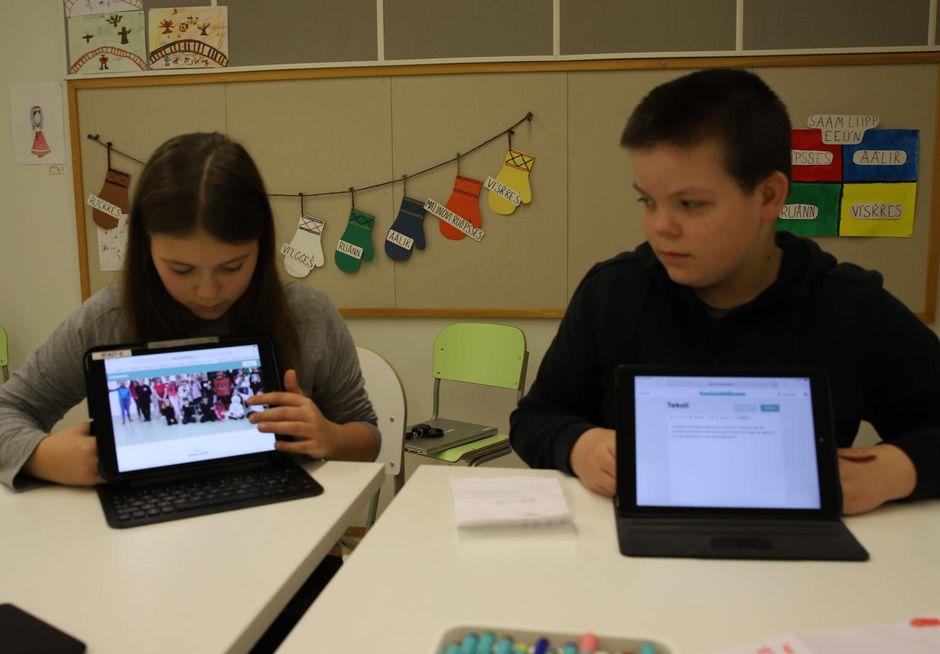 Maija ja Johannes kirjoittavat tarinoita koulun elämästä.
