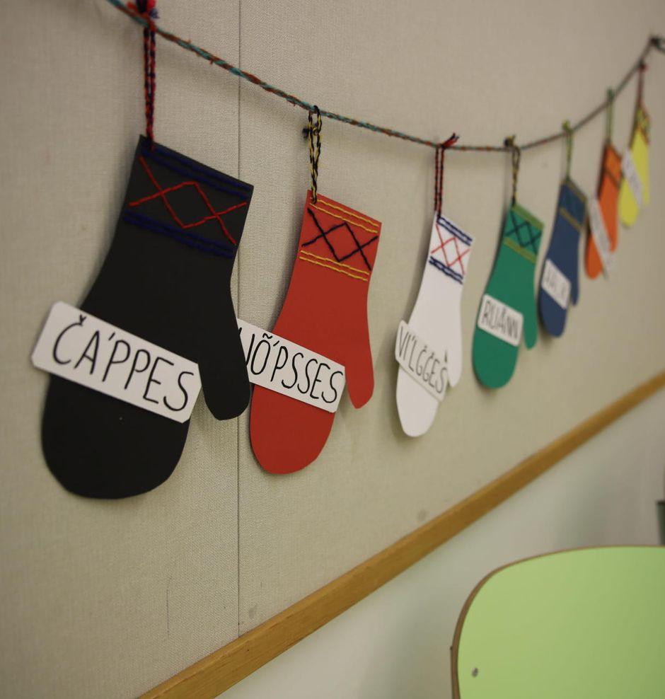 Koltansaamenkieliset värit koristavat lapasia Sevettijärven koululla.