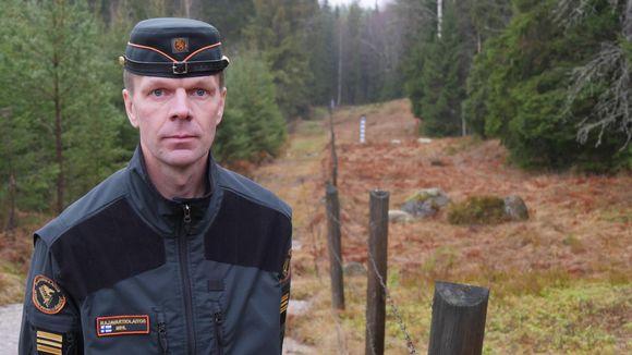 Ville Mihl, kapteeni, tutkinnanjohtaja Kaakkois-Suomen rajavartiosto seisoo rajalla.