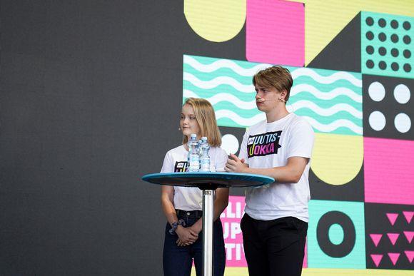Uutisluokkalaiset haastattelemassa meteorologeja ilmastokeskustelussa Pointti-kaupunkifestivaaleilla