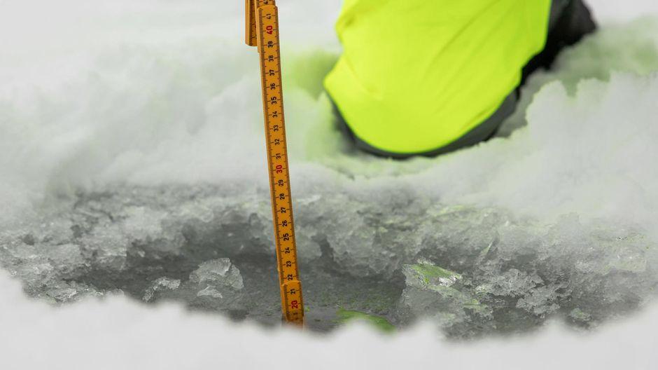 19.11.2019 Nellimvuonolla jäänpaksuus oli parikymmentä senttiä.