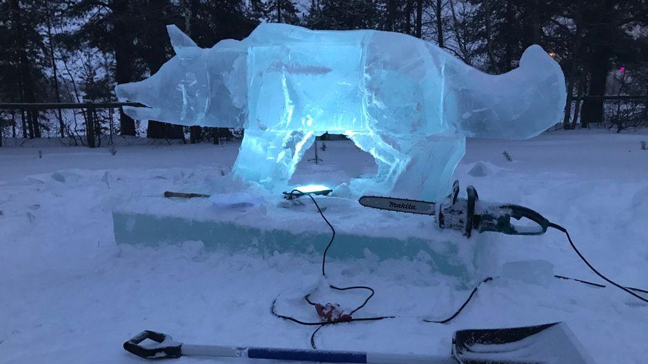 Merja Aletta Ranttilan taide muotoutuu jääveistoksiksi.