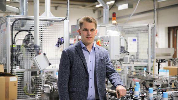 Vauhti Speedin toimitusjohtaja Esa Puukilainen Vauhdin Joensuun tehtaalla.