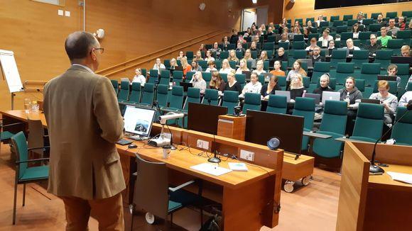 Lapin yliopiston luentosalissa opetetaan hallintotieteen johdantokurssia