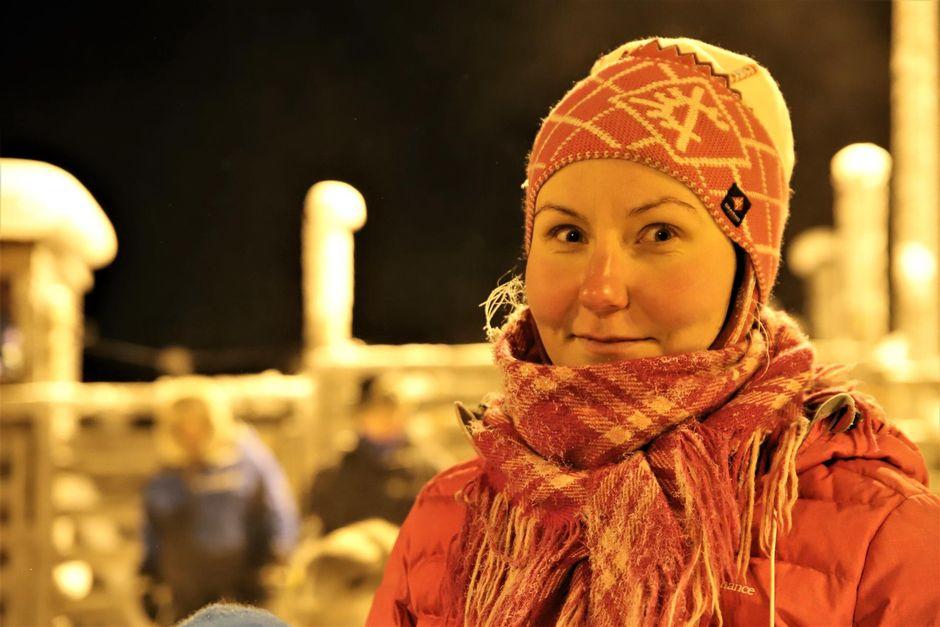Poronhoitaja Anni Magga-Eira Sallivaaran paliskunnassa kokeili askelmittaria poroerotusten aikana.