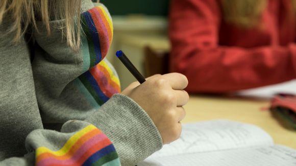 kynä tytön kädessä, ala-aste Eteläisten koulu