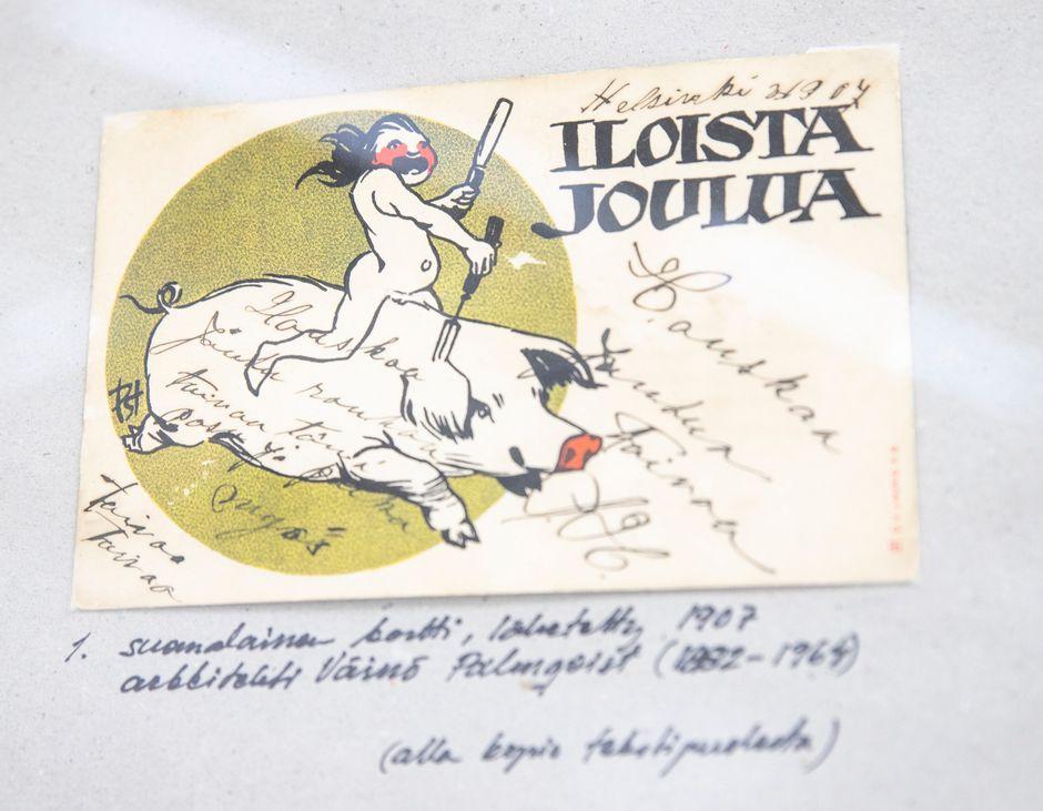 Vanha postikortti näyttelyssä.
