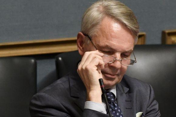 Utrikesminister Pekka Haavisto korrigerar glasögonen