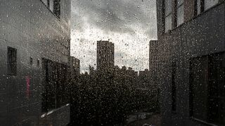 Märkä ikkunalasi lähikuvassa.