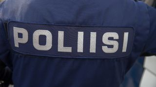 Poliisi-teksti poliisin vaatteessa