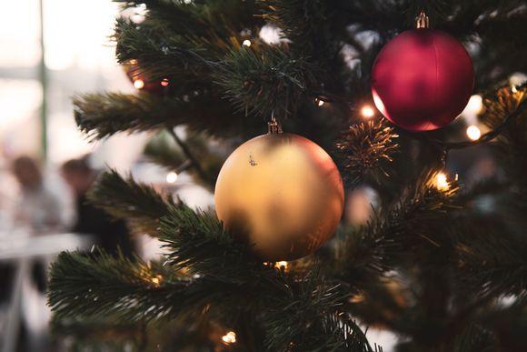 Joulukuusi koristeineen.