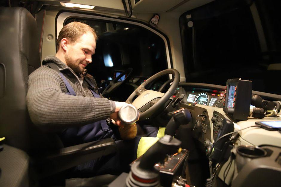 Aura-auton kuljettaja Kalle Kosonen on keittänyt kahvit mukaan, edessä on pitkä yö.