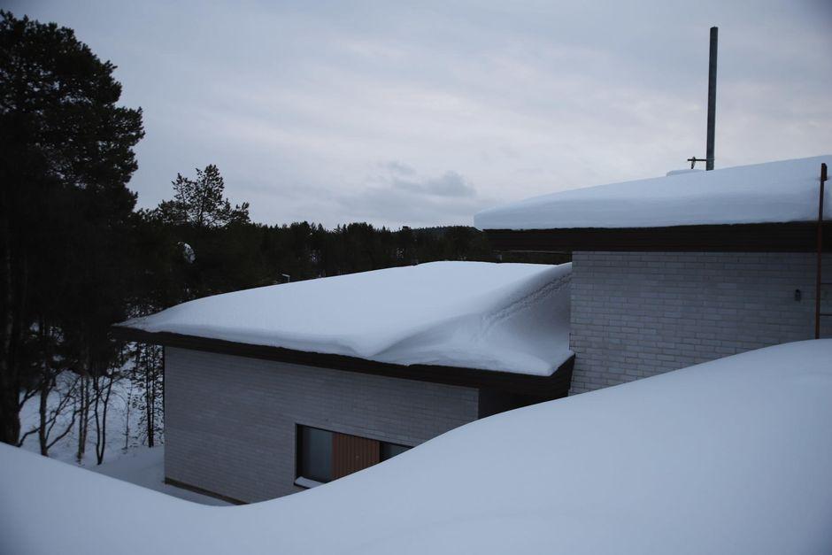 Inarissa oli 3.1.2020 runsaasti lunta talojen katoilla.