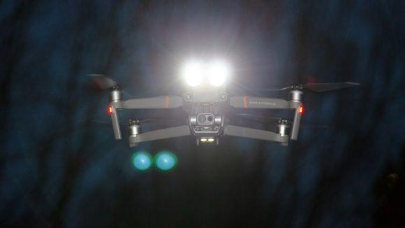drooni, jossa on valonheitin