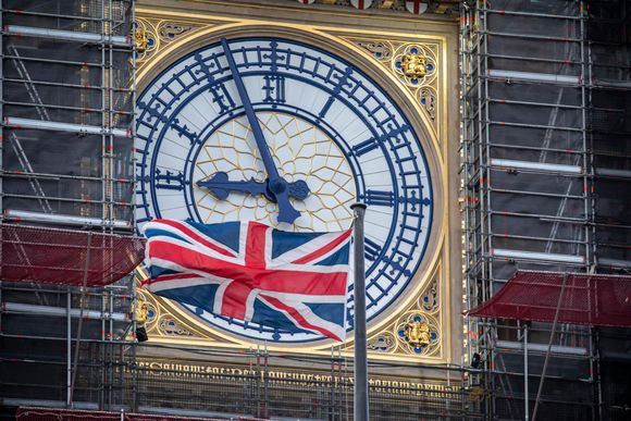 Britannian lippu liehuu rakennustelineiden ympäröimän Big Benin edessä.
