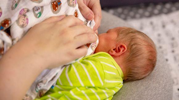 5 päivän ikäinen tyttö imee rintaa imetystyynyn päällä.