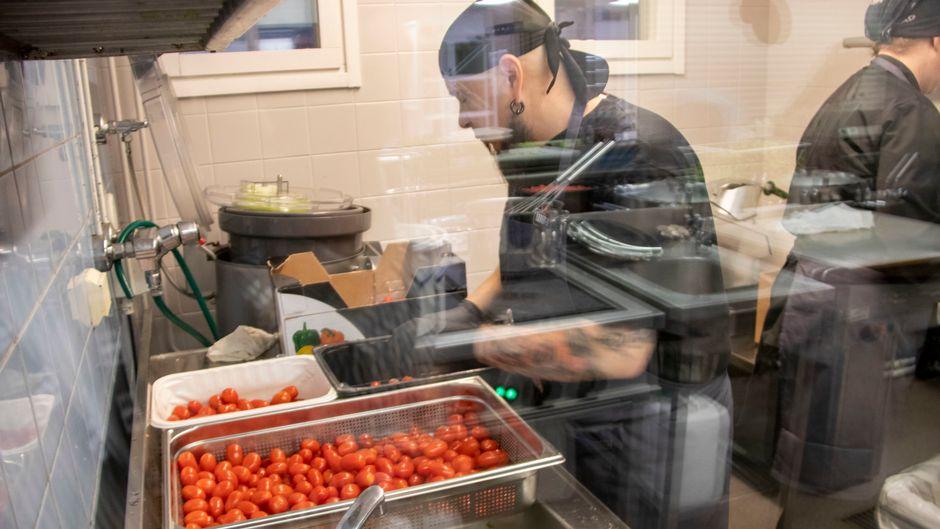 Tony Nyman tarkistaa hävikkiruokana kaupasta poistettujen tomaattien kuntoa