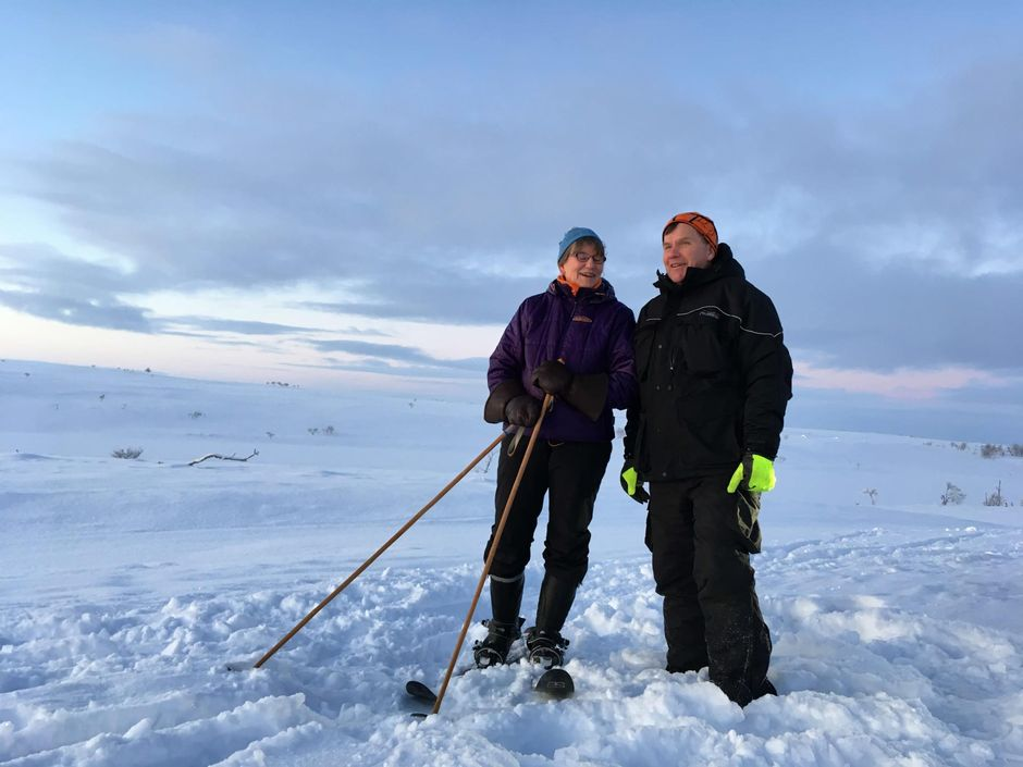 Marja ja Elmo Olkkola nautiskelemassa kaamoksen viimeisestä päivästä Nuorgamin Pulmankijärvellä.