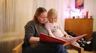 Tinja Semenoff lukee tyttärelleen Pelagialle kirjaa.