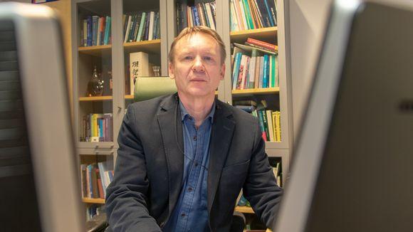 Professori Jouni Jaakkola työhuonneessaan tietokoneen ääressä