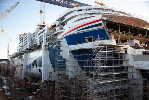 Carnival Mardi Gras -alus rakenteilla Turun telakalla.