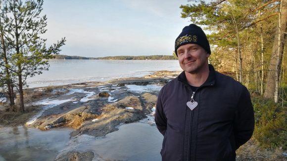 Kimmo Saarinen seisoo Saimaan rannassa