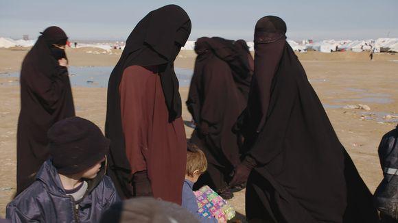 Lapsia ja naisia al-Holin leirillä.